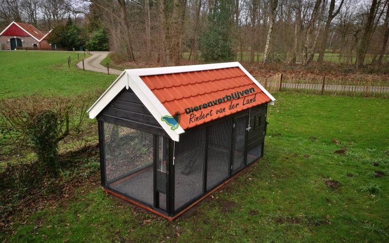 Kippenhok Sneek met dakpannen type D Kwaliteits dierenverblijven van der Land